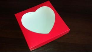 Коробка для пряников 20х20х3 см, окошко-сердце. Красная